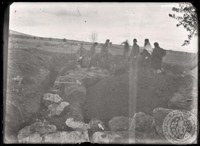 Les archéologues américains à la recherche de l'Artémision mette au jour un tombeau monumental dans la plaine d'Érétrie.