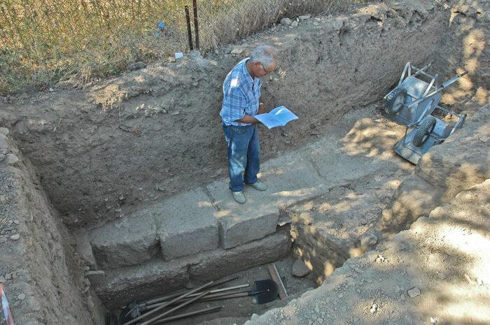 Après dégagement du mur, qui se révèle être la fondaiton d'un portique (28 septembre 2007).
